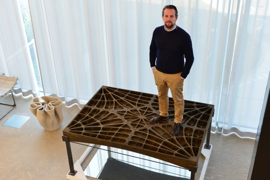Prof. Philippe Block auf einem Boden-Prototyp aus Beton (Foto: Peter Rüegg / ETH Zürich)